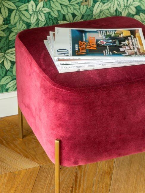 pouf rosso con riviste
