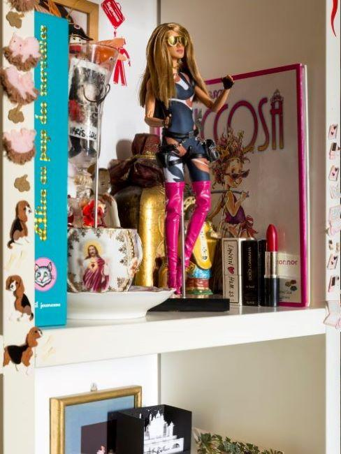 Bambola su scaffale