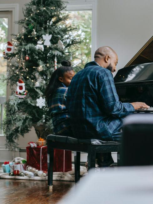 padre e figlia che suonano il piano