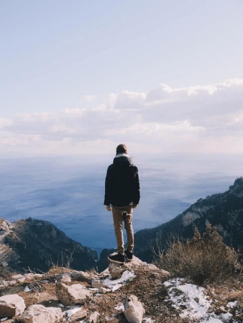 persona di spalle con vista in montagna