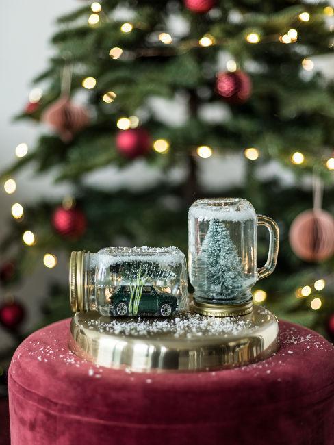 tazze con decorazioni natalizie