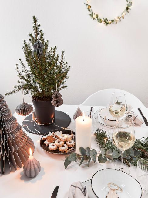 tavola decorata con elementi naturali