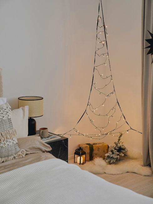 albero di natale fatto di luci per arredare la camera da letto