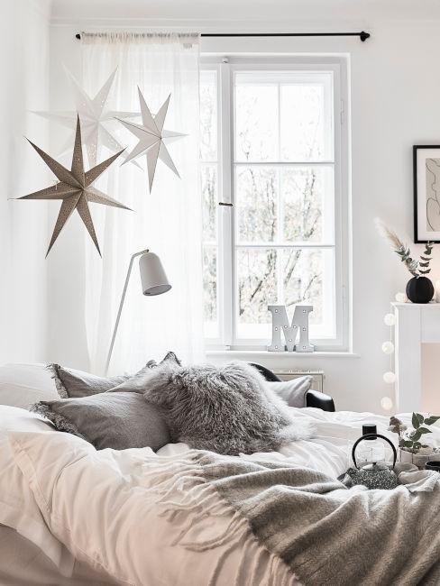 decorazioni natalizie sopra il letto letto