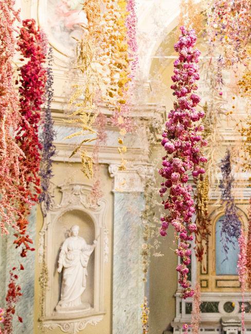 location con statue classiche e fiori pendenti