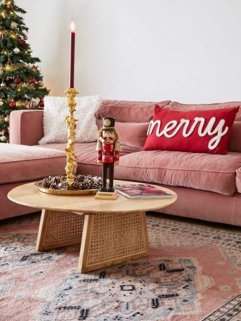divano rosa con cuscini natalizi