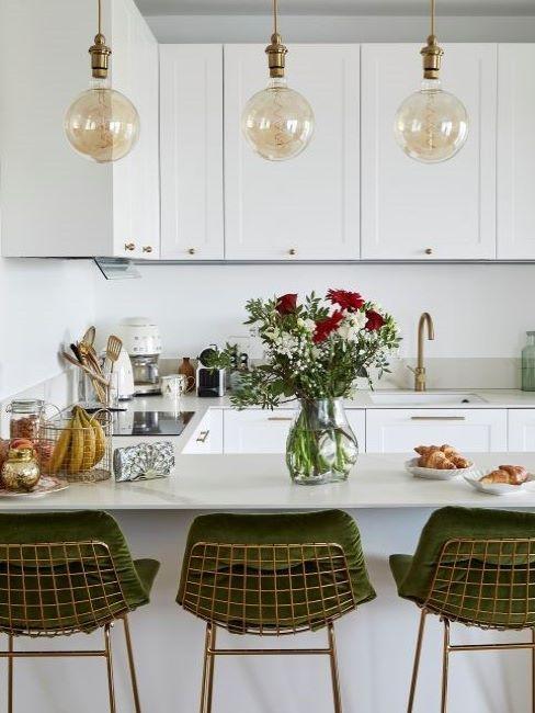 bancone cucina con vaso di fiori
