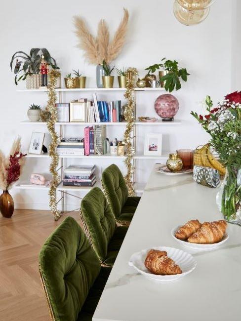 sala con libreria con piante e fiori
