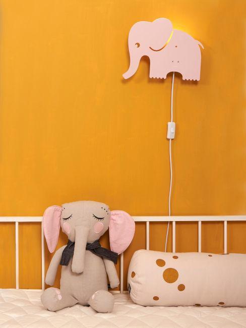 cameretta con parete arancione