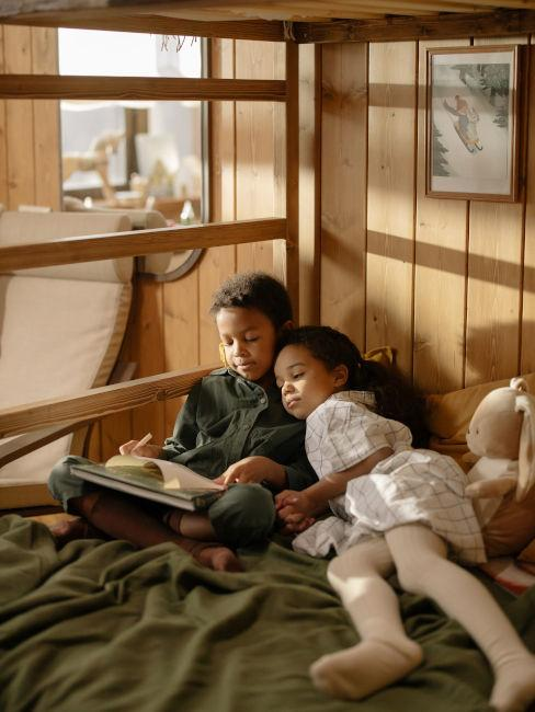 bambini su letto con coperte verdi