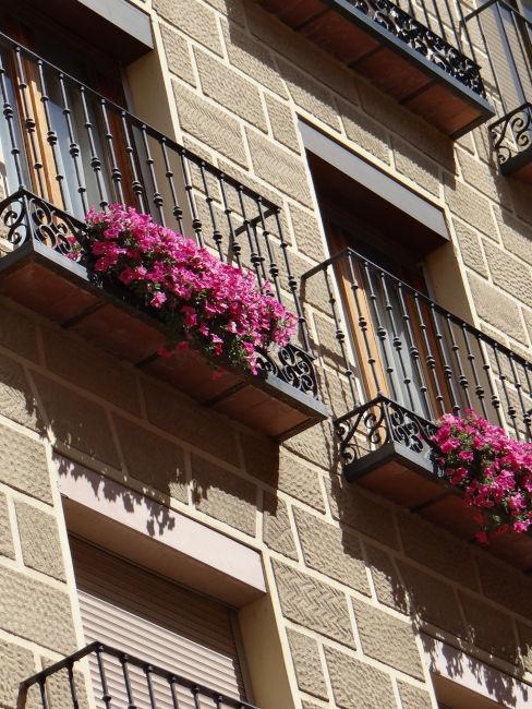 balconi in ferro battuto con fiori rosa