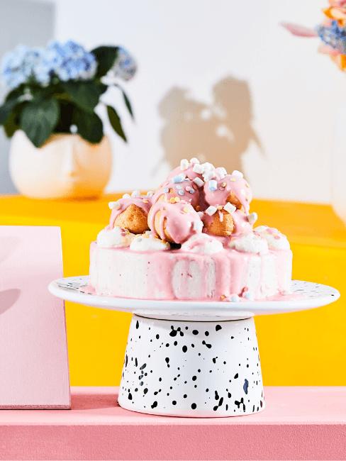 Torta rosa decorata