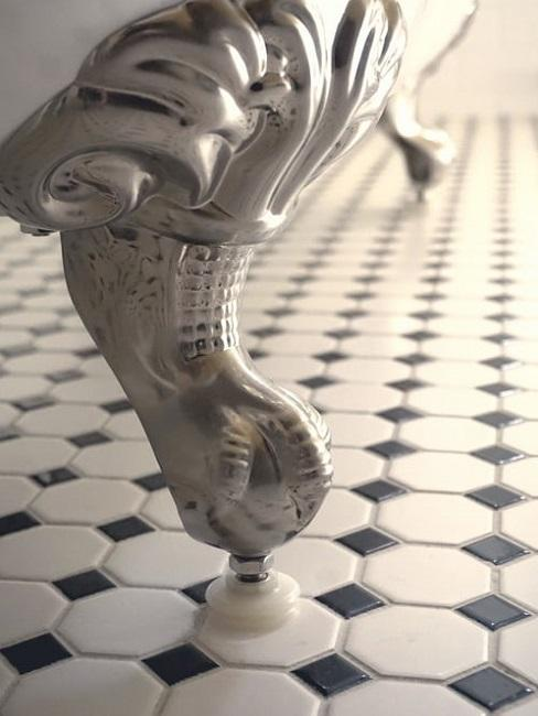 Pavimento bagno: bianco-nero con vasca freestanding