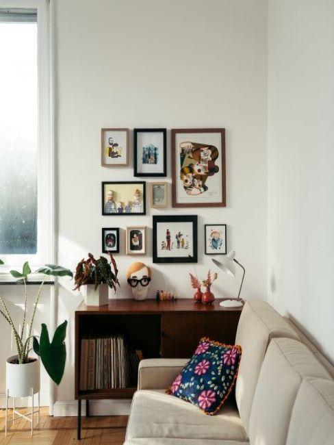 immagini incorniciate in soggiorno