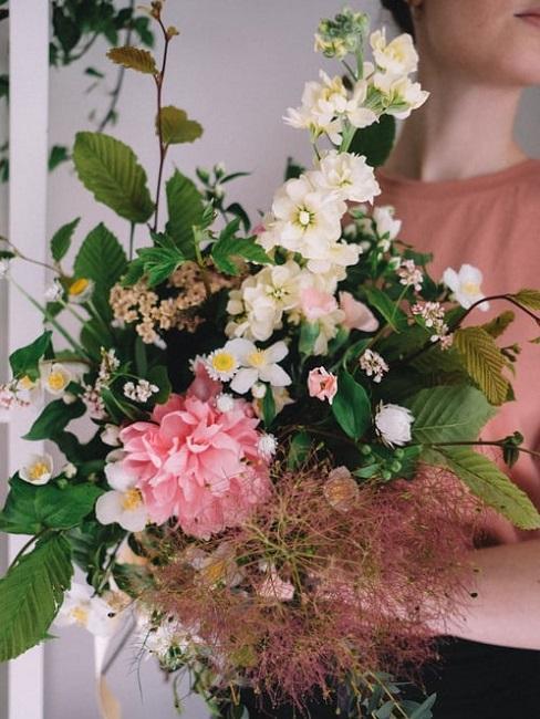 Peonia con altri fiori