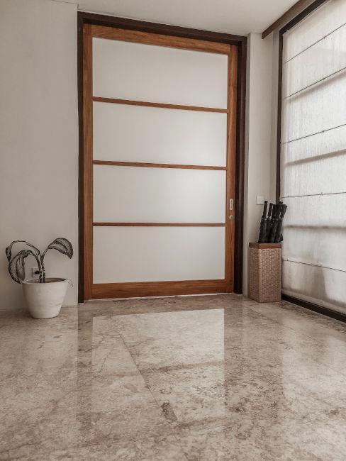 Pavimento in marmo beige