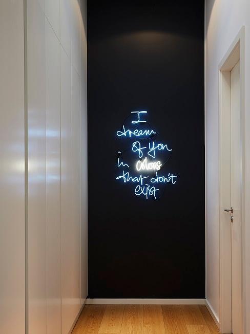 Parete ingresso: decorazione al neon