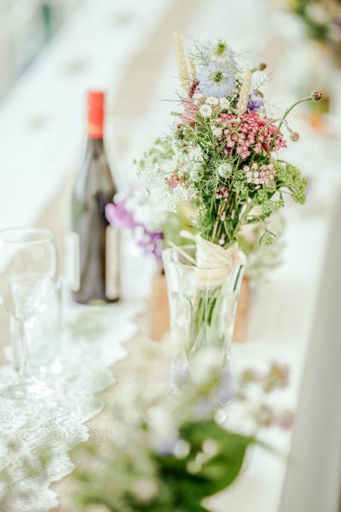 Tavola con fiori di campo