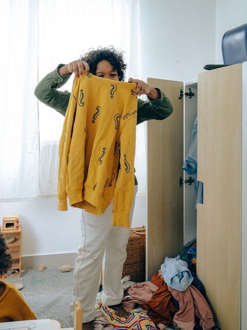 Bambino aiuta la mamma a riordinare casa