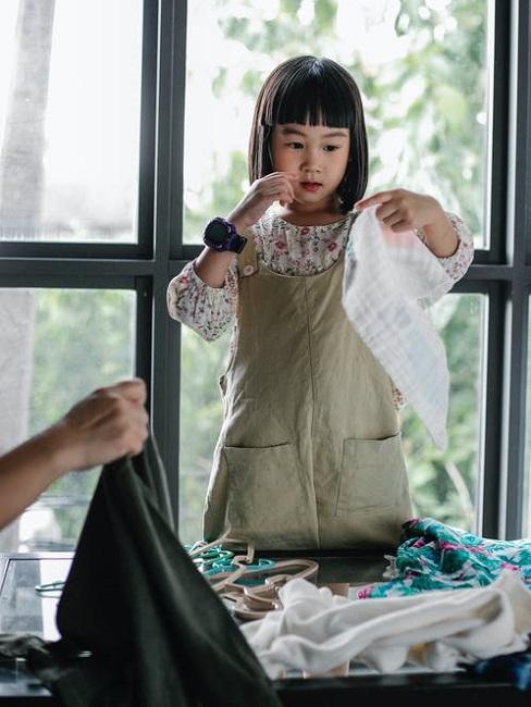 Bambina aiuta la mamma a riordinare casa