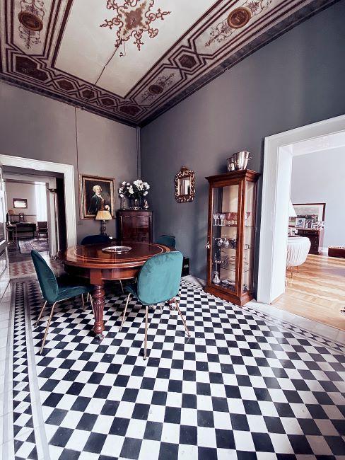 sala da pranzo con pavimento a scacchi