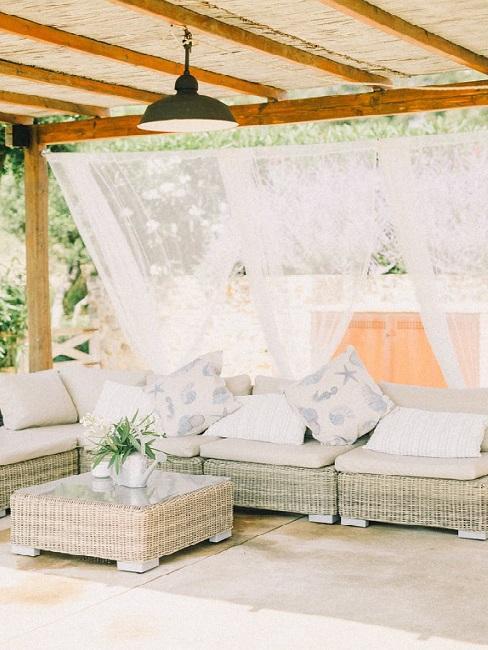 Arredare terrazzo appartamento: mobili con cuscini