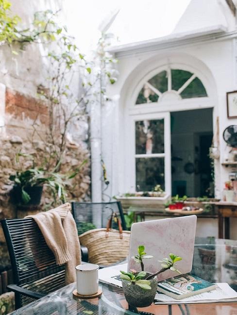 Terrazzo con porta bianca