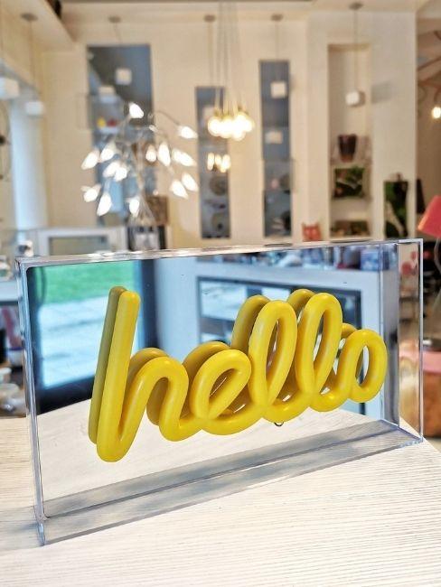 arscity oggetto decorativo con scritta hello