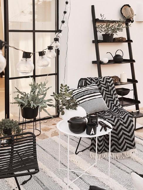 Balcone outdoor con sedie e tavolino
