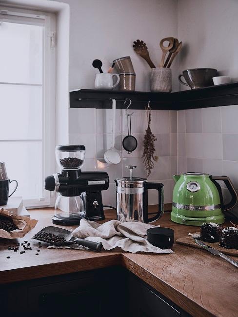 cucina con piano in legno e finiture nere