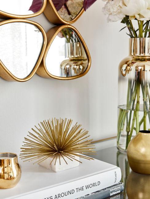 specchio dorato sopra mobile ingresso