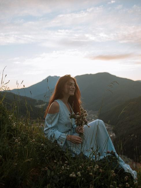 donna in mezzo alla natura
