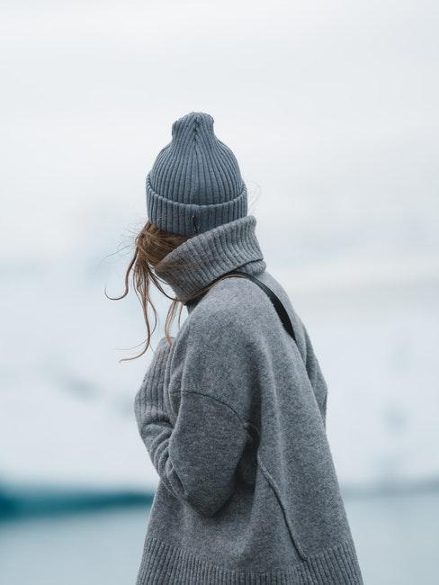 donna all'aperto in inverno