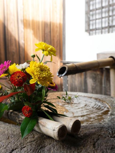 Fontana zen con fiori