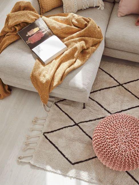 divano con plaid color ambra