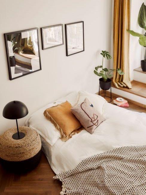 letto con cuscino color ambra
