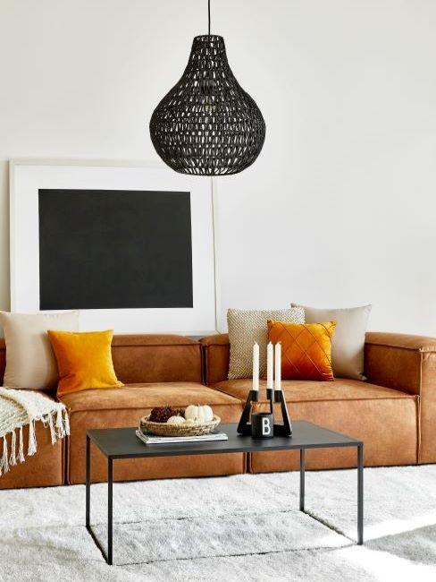 soggiorno con divano marrone e cuscini color ambra