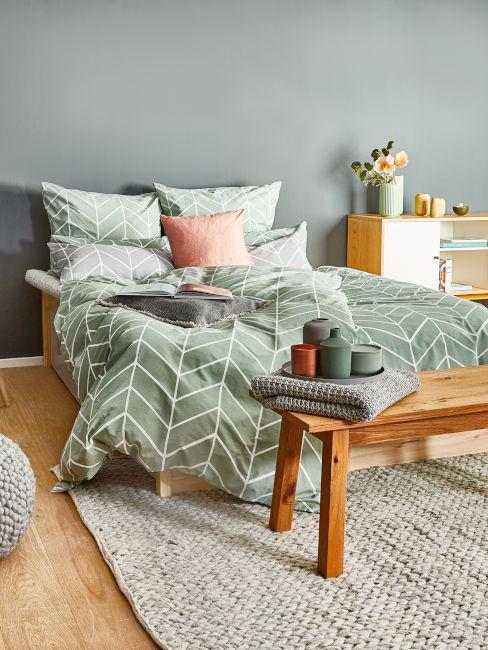 Parete verde oliva in camera da letto