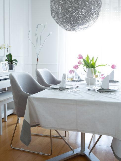 Sala da pranzo con pianoforte bianco