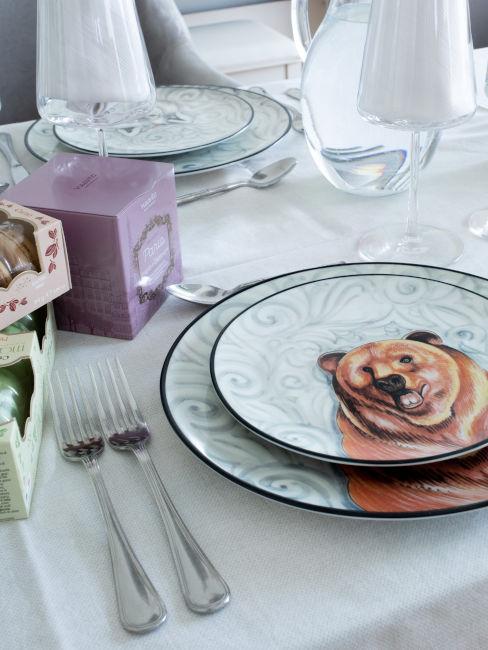 Servizio di piatti con orso