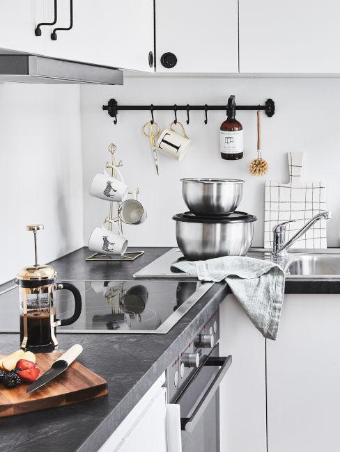 Cucina grigia e argento