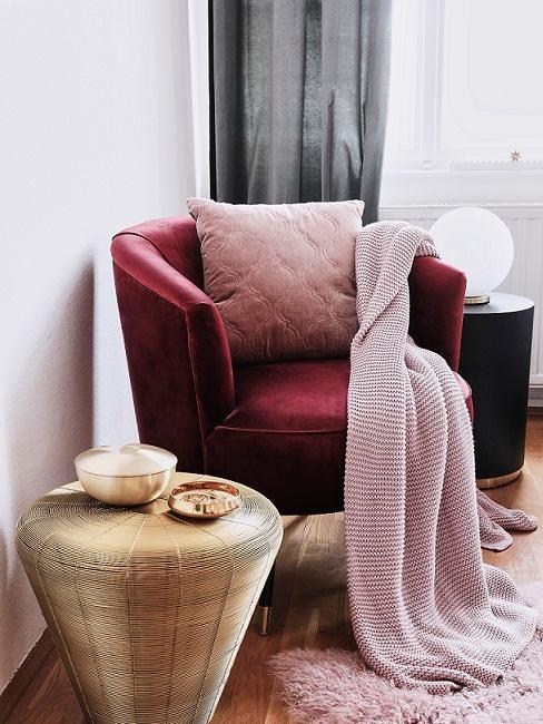 rosso poltrona con cuscino tavolino dorato