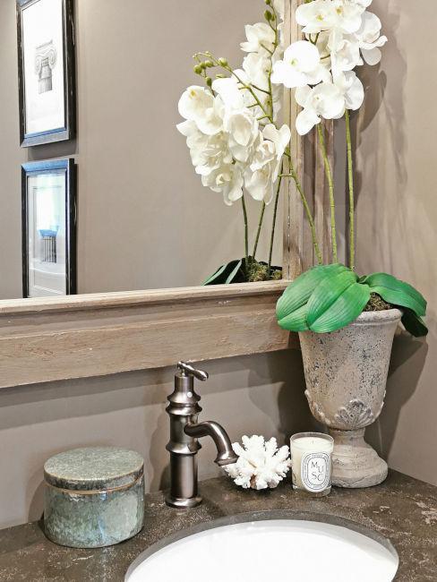 Bagno con specchio e orchidea