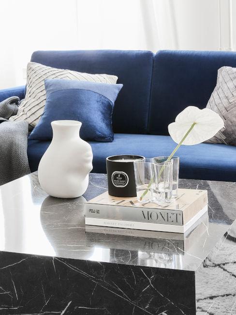 Divano indaco e tavolino in marmo nero