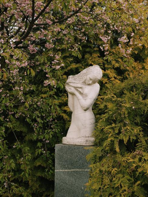 Dettaglio siete con statua in pietra