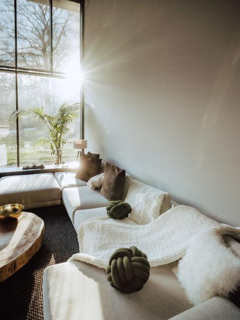 Divano angolare e vetrata sul giardino