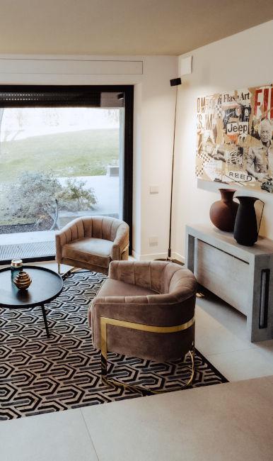 Poltroncine glamour e tappeto geometrico