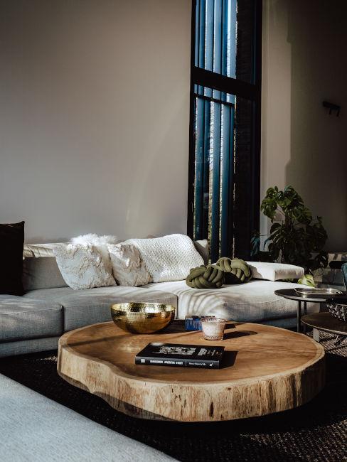 Coffee table con decorazioni e tessili in colori neutri