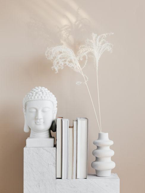 parete beige con decori bianchi e marmo
