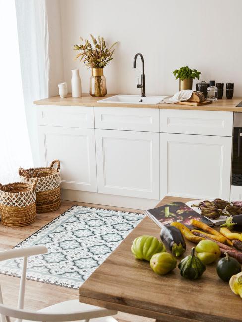 Esempio cucina sui toni del beige e bianco